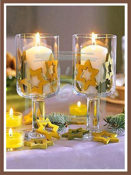 Свечи в бокалах на новогоднем столе