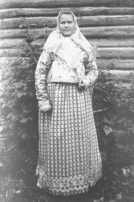 Молодуха в праздничном костюме. Костромская губерния. Город Галич, Рыбная слобода. 1907