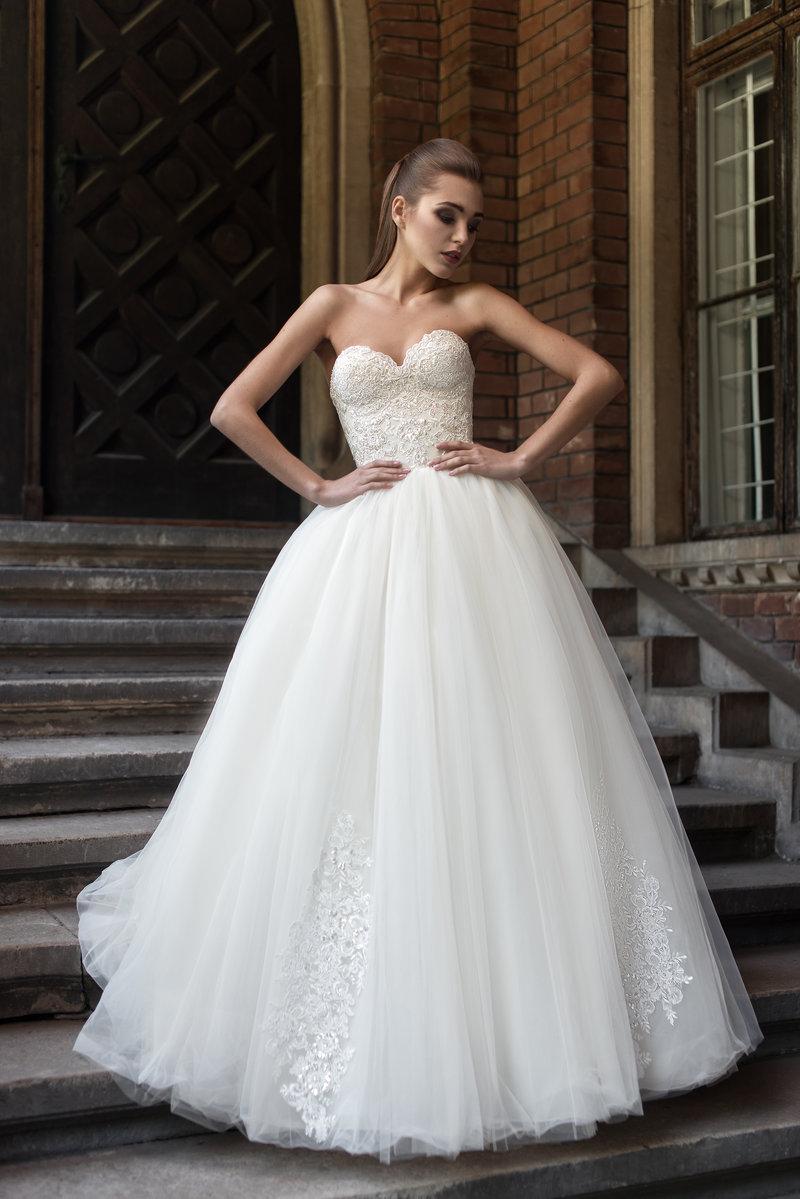 Открытое свадебное платье с корсетом.