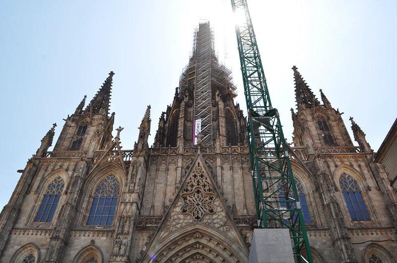 Ступени с маленькой площади Pla de la Seu ведут в величественный Кафедральный собор Барселоны. Он был заложен на святом месте: в VI веке здесь располагалась римская базилика, разрушенная в 985 году маврами. Истинные ценители готики усматривают в архитектуре собора отзвуки французской готики. И они…