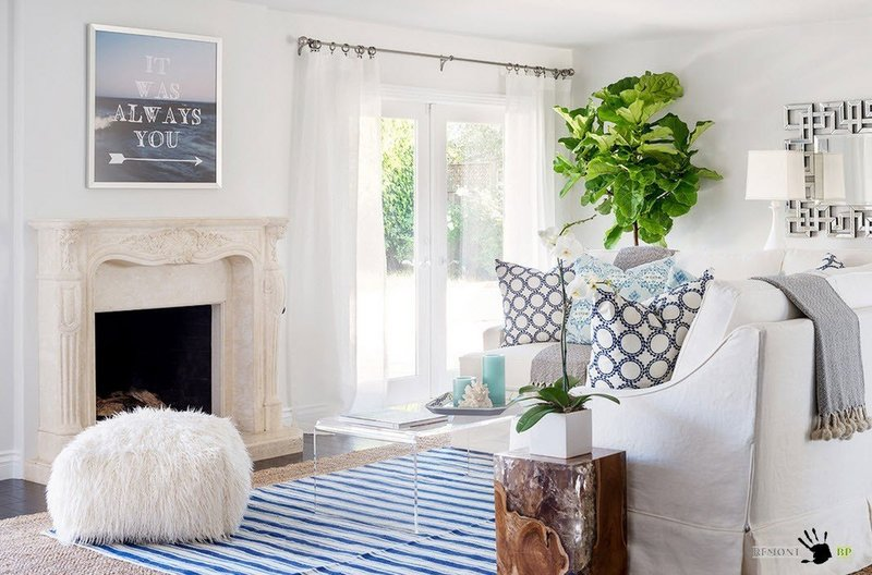 Ярким акцентом в вашей белой гостиной может стать даже живое растение. Небольшие цветочные горшочки с зеленью или огромное дерево в кадке – решать вам, очевидно, что помимо визуального эффекта, такой декор еще и для атмосферы помещения полезен.