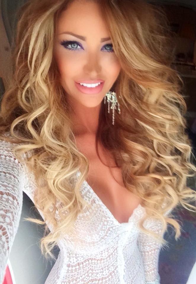 Блондинка с длинными волосами и челкой