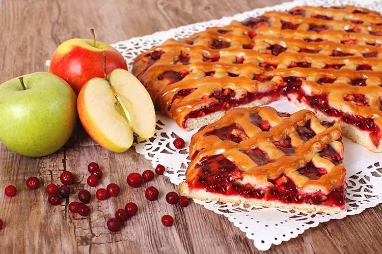 Вкусный дрожжевой пирог с брусникой и яблоками, который можно приготовить как открытым, так и закрытым (как на фото).