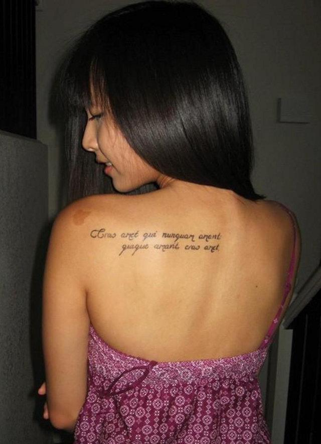 Тату надпись на спине.