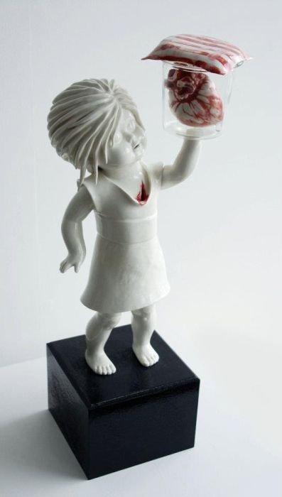 Фарфоровые куклы художницы Марии Рубинке, истекающие кровью (20 фото)