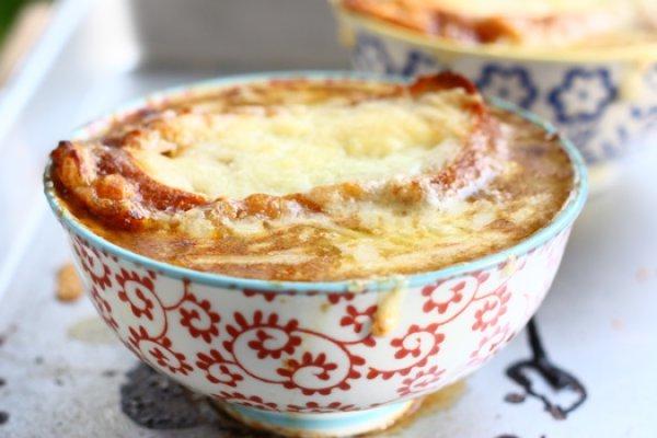 Французский луковый суп подают с гренками и сыром