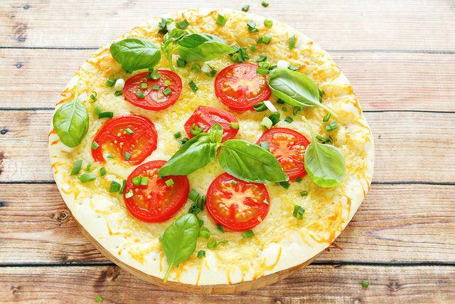 Готовой пицце нужно дать как следует остыть и только потом вынимать ее из формы