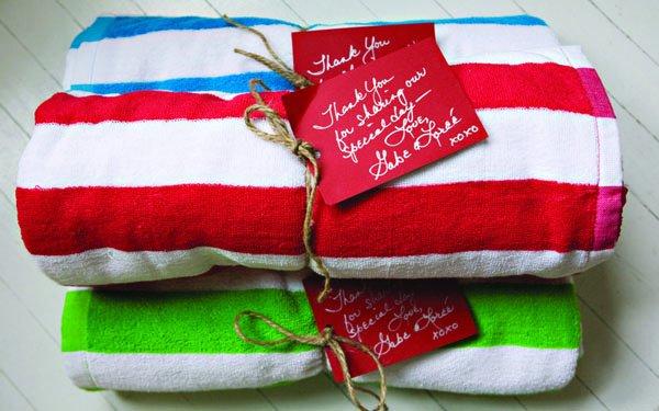 полотенца в качестве подарков гостям