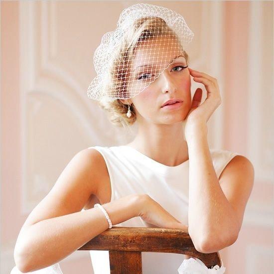 Свадебная прическа с вуалью, вуаль, прическа невесты ретро, прическа на короткие волосы: