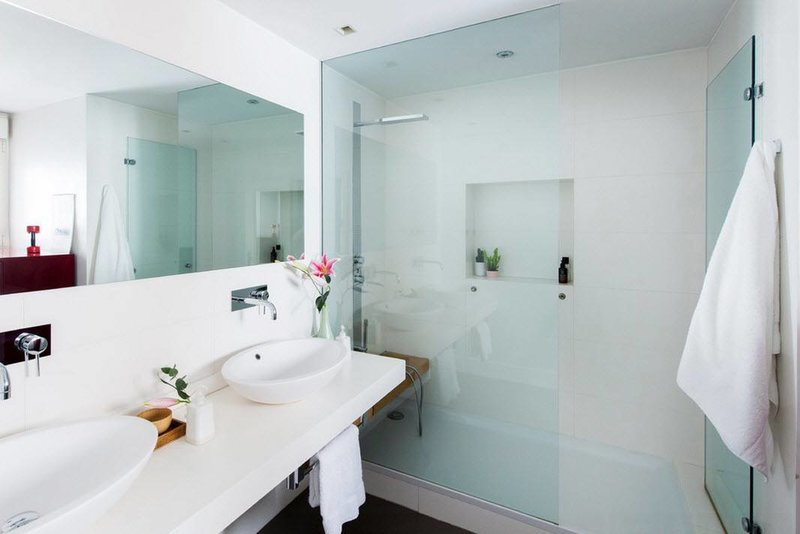 Эксклюзивные идеи отделки душевой в современной ванной комнате, Дизайн маленьких и больших душевых кабин на фото. Красивые варианты оформления ванны с душем.