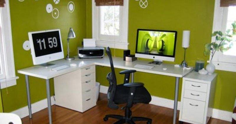 Мужской хоум-офис. Темный пол, не яркие насыщенно-зеленые стены, черный стул и оргтехника и контрастно белый стол.
