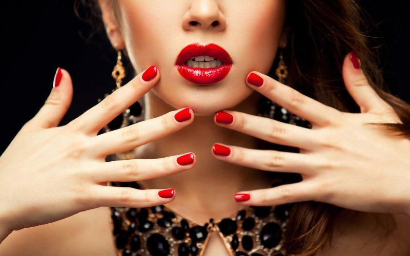 Красный маникюр и губы
