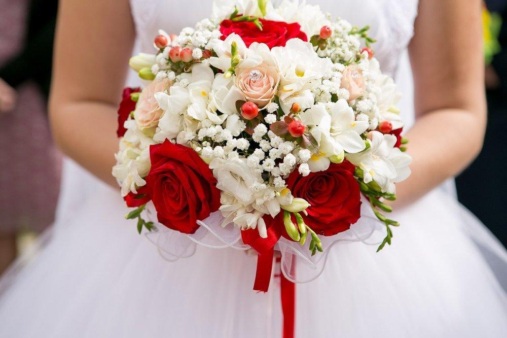 Невесты, свадебные букеты в красно-белом цвете