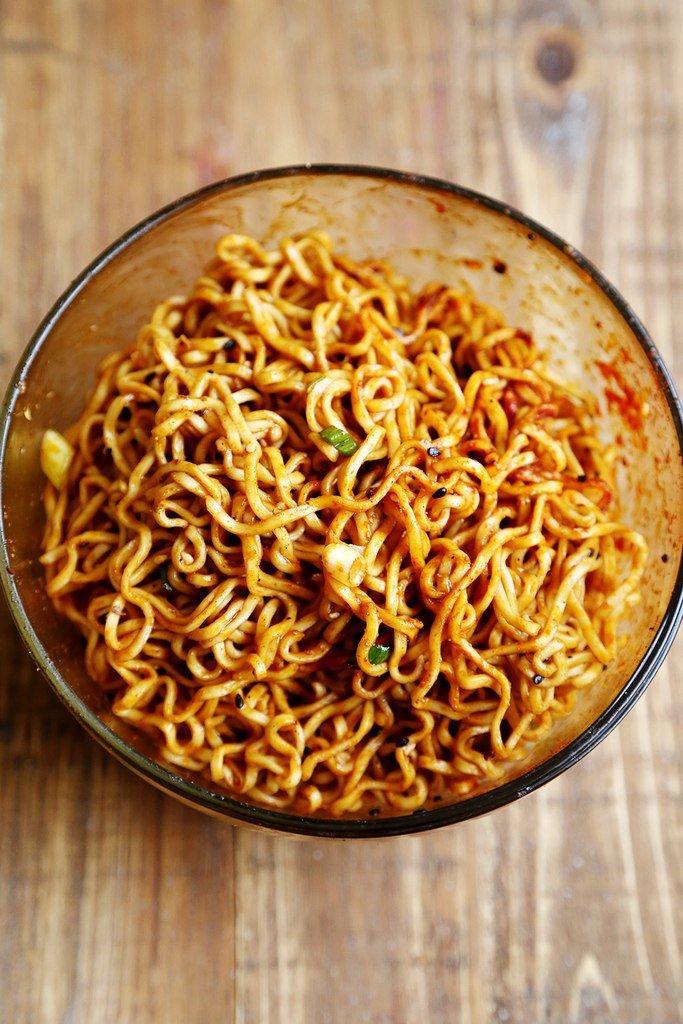 Китайская лапша — грамм, морковь — 1 штука, чеснок — 3 зубчика, болгарский перец — 1 штука, куриное филе — грамм, замороженные овощи — грамм (на ваш вкус), консервированные бобы — грамм, соевый соус — ст.