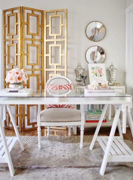 Восхитительно белый интерьер домашнего кабинета подойдет утонченным натурам, для которых немыслимы резкие контрасты.