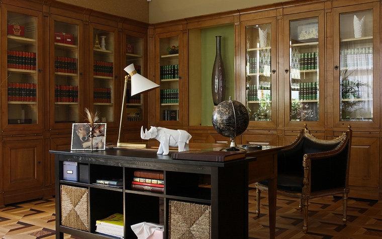 деревянная мебель, паркетный пол и комфортная бежево-коричневая гамма.