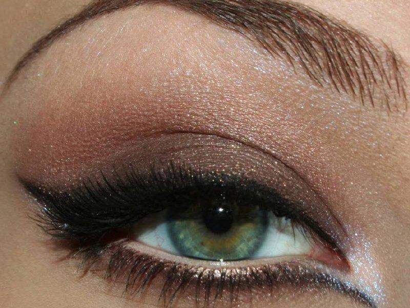 Макияж для карих глаз отличается от мейкапа для зеленых и голубых глаз. Свадебный должна уметь делать в домашних условиях каждая будущая невеста.