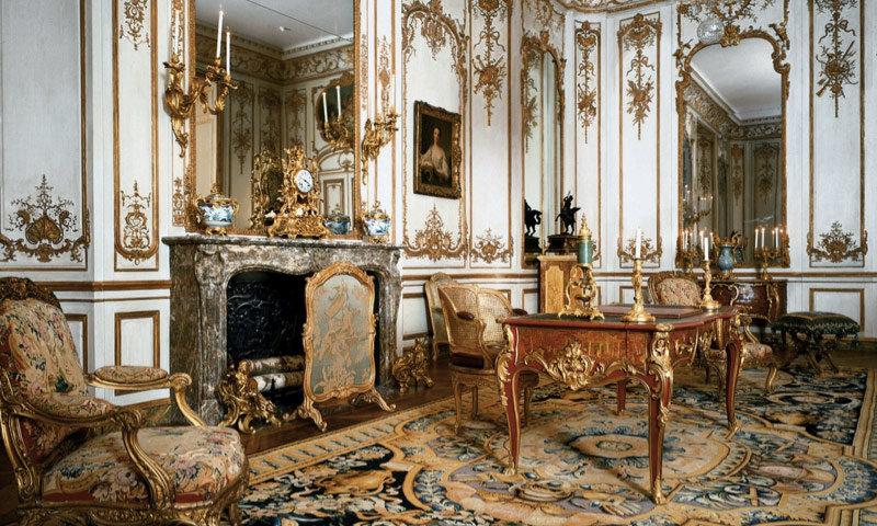 В эпоху правления Бонапарта интерьеры украшали бронзовые группы: подсвечники, люстры, скульптуры и часы. Они отличались особым качеством чеканки, чередованием матовых и глянцевых поверхностей, симметрий и гармонией внешнего вида.
