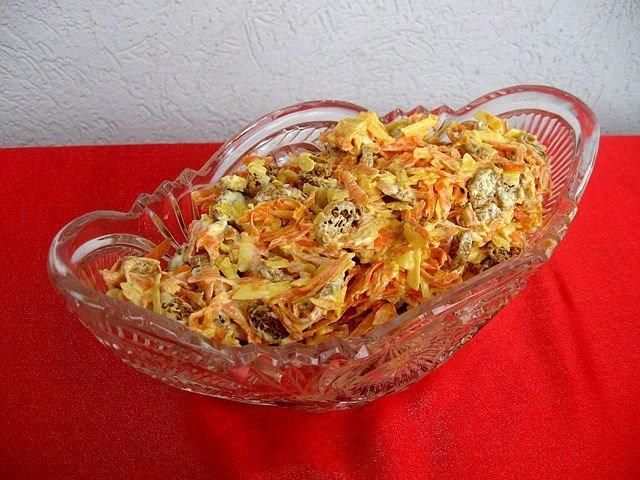 салат из корейской моркови и кукурузы и сухариков нас роддоме делают