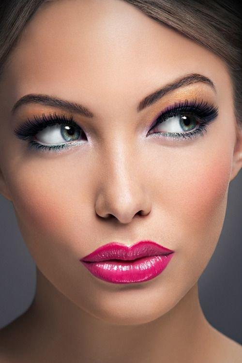 Чтобы подготовка вечернего макияжа на новый год 2017 не проходила в атмосфере спешки и нервозности, заранее попробуйте различные варианты мейк-апа.