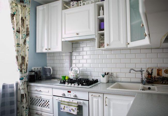 белая угловая кухня в стиле прованс с голубыми стенами карточка