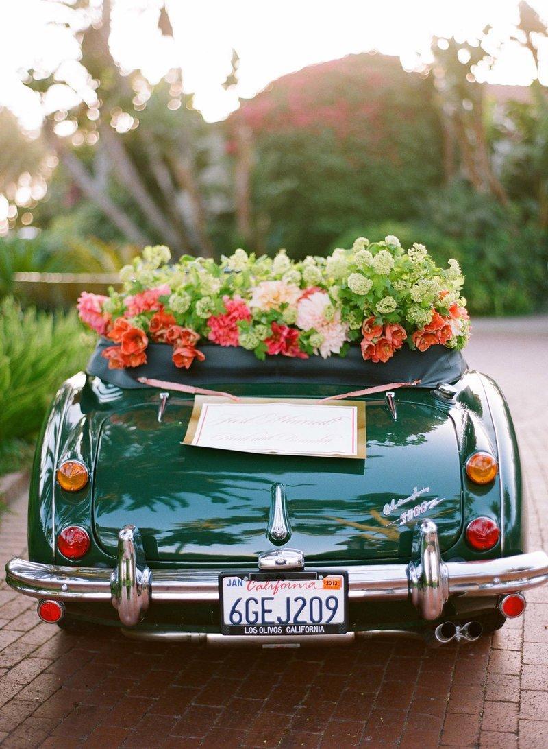 Свадебный автомобиль с цветами