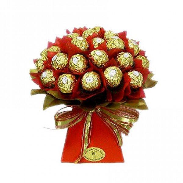 Настольные роз, букет из конфет маме на день рождения