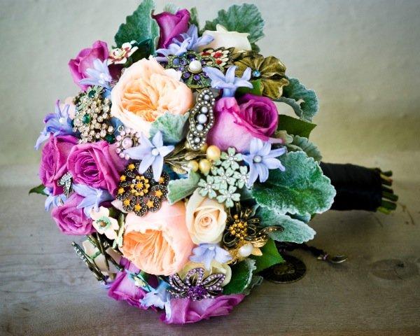 винтажный букет невесты с использованием ювелирных украшений и брошей.