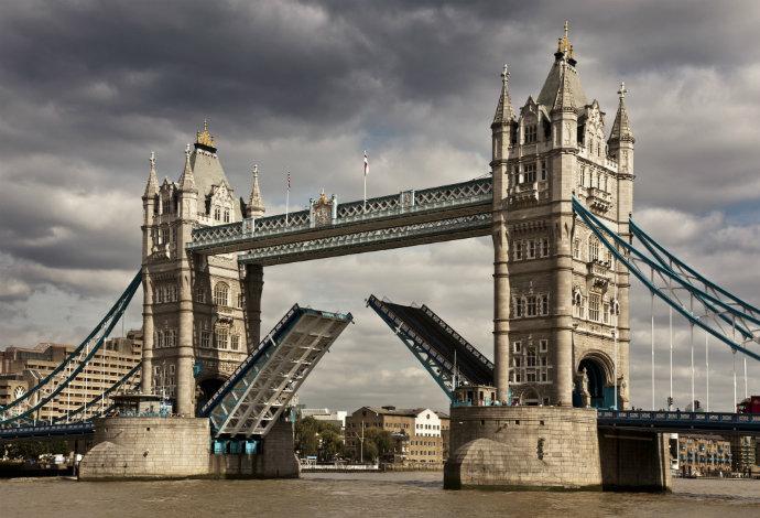 Один из символов столицы Британии, Tower Bridge, открытый в 1894 году, позволяет пешеходам пересекать его даже при проходе судов: над разводной частью надстроена галерея. Последняя, «отработав» менее четверти века, была закрыта в 1910-м по причине дурной славы — на галерее вовсю орудовали карманники. В 1982 году ее открыли вновь, но не как «пешеходку», а как музей и смотровую площадку.