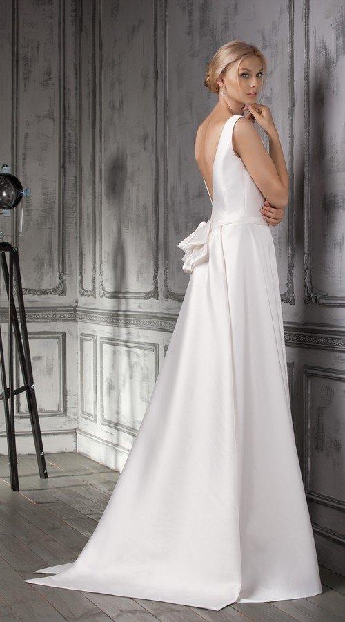 a461e8fdd2c ... Лаконичное свадебное платье Jensa из нежного шелка с глубоко открытой  спиной и шлейфом в свадебном салоне