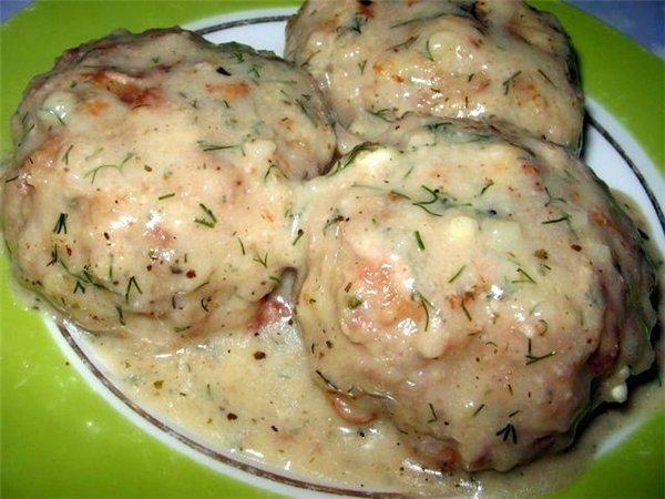 Котлеты мясные в соусе из плавленного сыра
