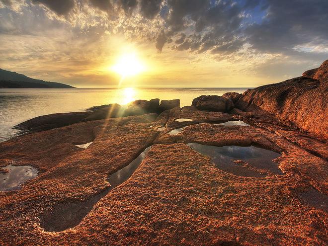 Национальный парк Фрейсине, Тасмания, Австралия Этот парк, который по праву можно назвать природным достоянием Австралии, состоит из полуострова Фрейсине и острова Шутен. Национальный парк Фрейсине - это гранитные горы в окружении лазурных бухт и пляжей с белым песком. Высочайшие пики видны из любой точки парка. А стоит забраться повыше – и перед глазами открывается потрясающий вид на белоснежные линии пляжей.