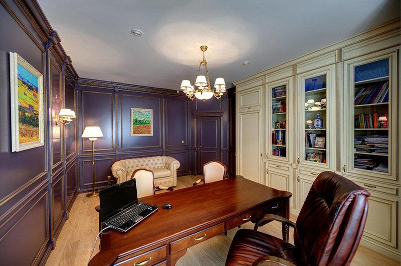 английский кабинет с Трех метровым  шкафом для одежды и книг, который выполнен в цветеслоновой кости, что бы разбавить общий цвет стен.