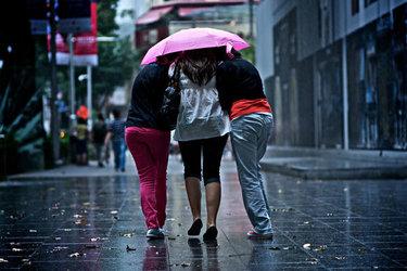 люди под дождем фото на улице