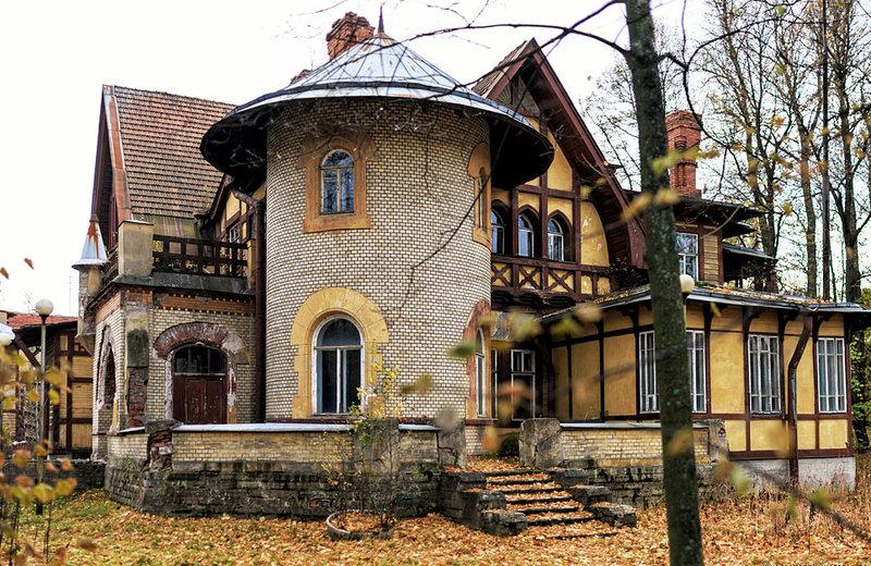 Дача Гаусвальд на Каменном острове в Петербурге, считается первым зданием в России, возведенным в стиле модерн. Большая часть здания выполнена из древесины, фасад оштукатурен и отделан деревянными балками в стиле фахверк. Пристроенная башенка — из камня. Подчеркнутая асимметрия силуэта, изломанная линия порталов и крыши, деревянные террасы оформлены каменными столбами, цоколь — из бутовой плиты.