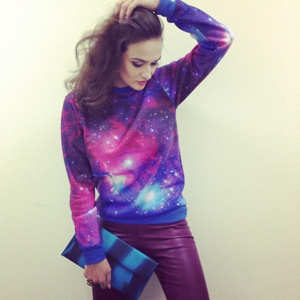 Картинки девушки в одежде космос