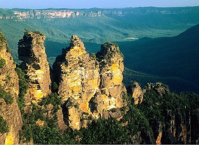 Голубые Горы — уникальный природный заповедник, внесенный в список ЮНЕСКО. Горы покрыты эвкалиптовыми лесами, которые придают горной системе характерный голубоватый оттенок.