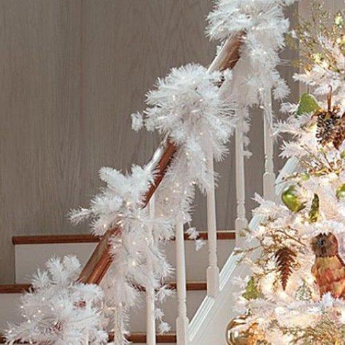 Новогодний декор лестницы белой мишурой