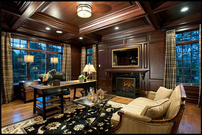 Насыщенный шоколадный оттенок стен и потолка отлично дополняют темную мебель и ковер в кабинете.