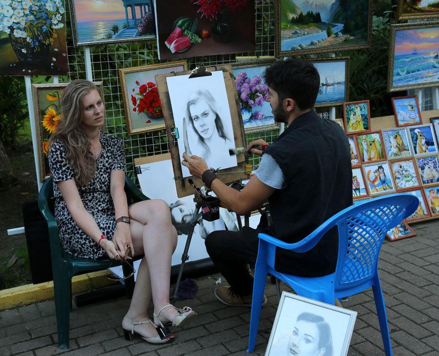 Порно художник рисует на улице