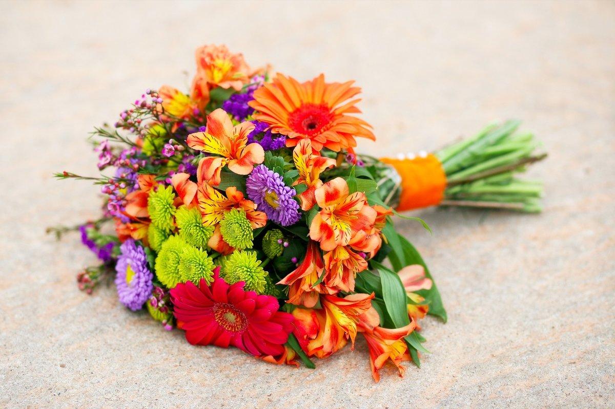 Искусственные, летние цветы подарить какие