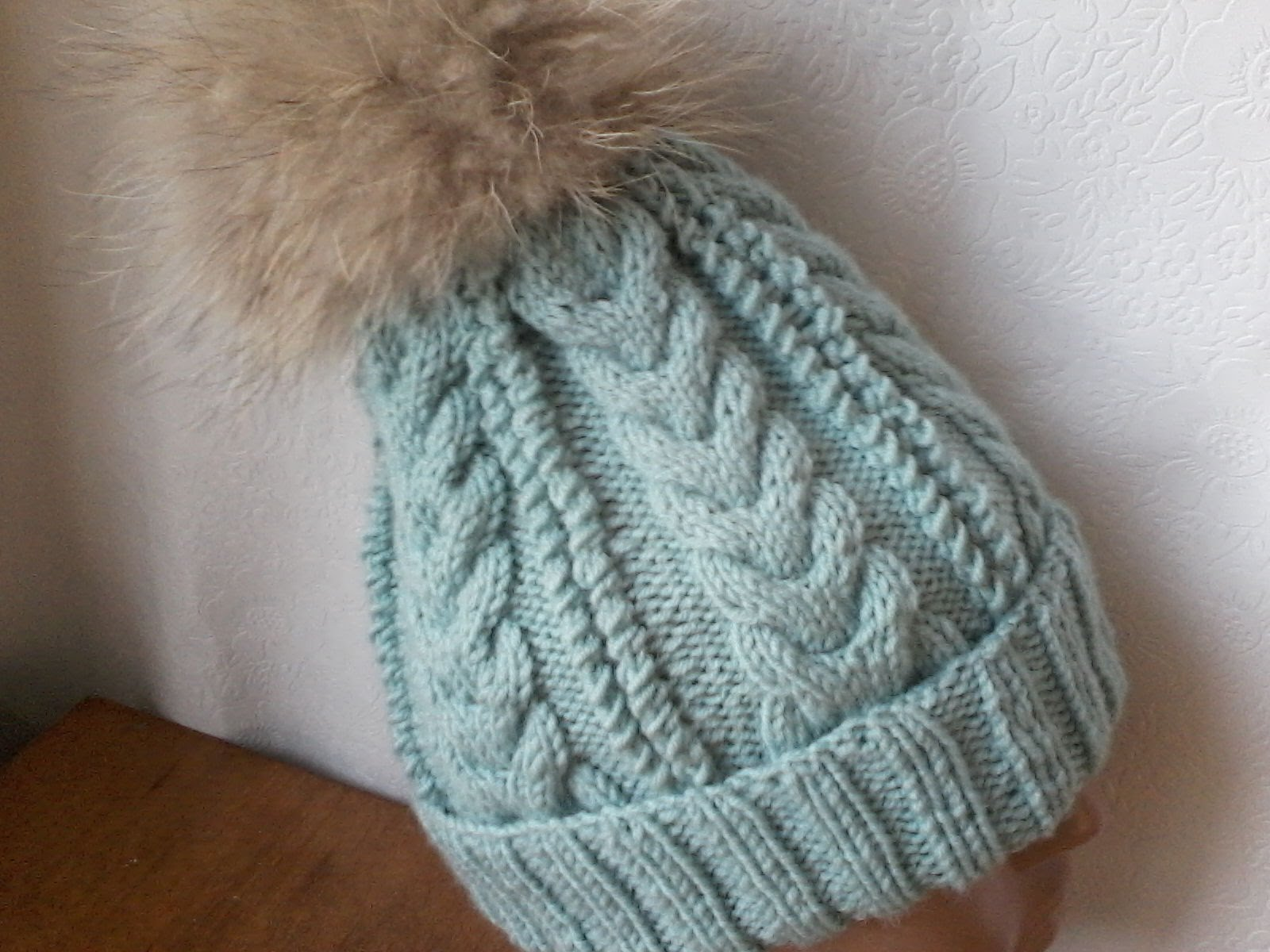 для вязания шапок спицами можно использовать различные схемы узоров