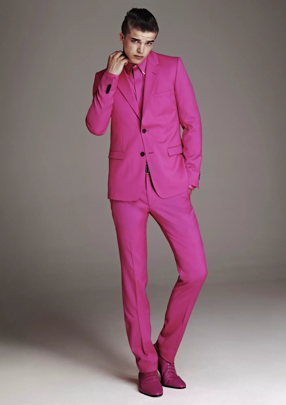 доменное пацан в розовом костюме лейтмотивом при