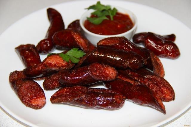Вкусный рецепт приготовления жареных колбасок к пиву в домашних условиях.