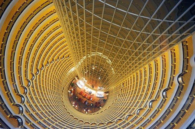 Современная китайская архитектура, в которой, порой, встречается невероятное сочетание старого и нового.  Старинный мостик в провинции Гуйчжоу.  У нас бы