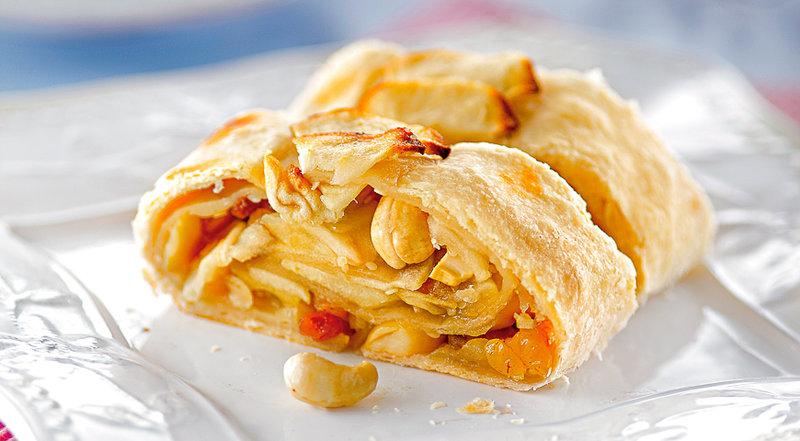"""Безумно вкусный и сытный яблочный штрудель! Почему бы не побаловать себя с утра таким завтраком ? Вместо привычных бутербродов или овсяной каши ? Калорийность можно и не учитывать, ведь с самого раннего утра мы все в движении и наш организм скажет нам """"спасибо"""" за вкусный, сытный, дающий энергию завтрак!"""