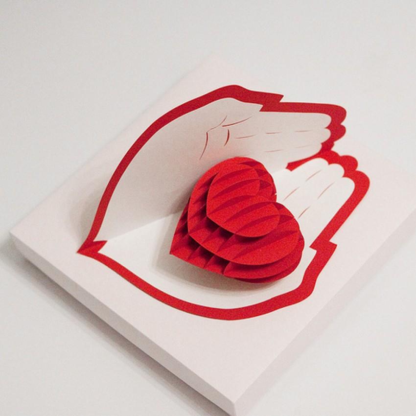 Объемная открытка сердце в руках 3
