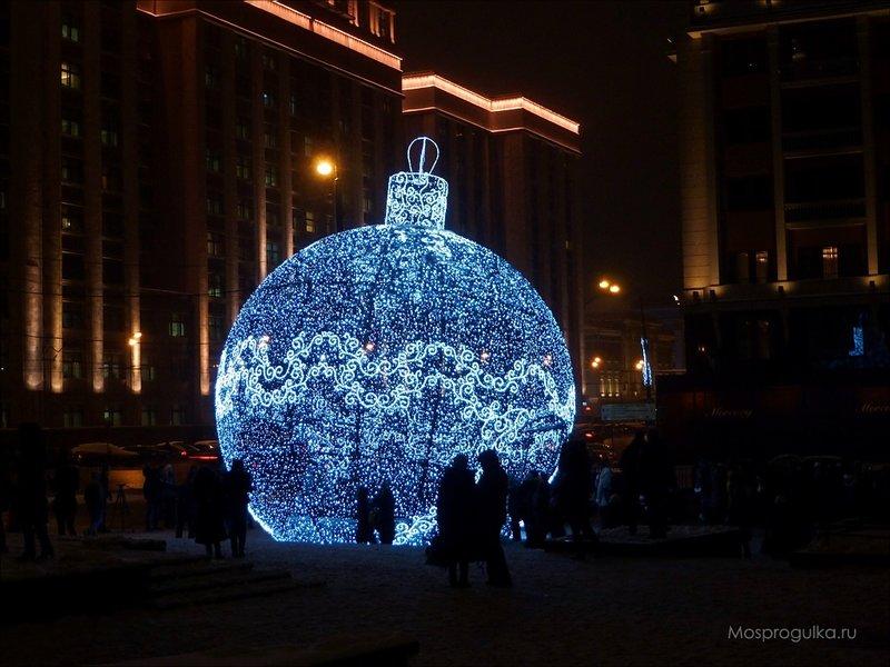 ёлочный шар на Манежной площади