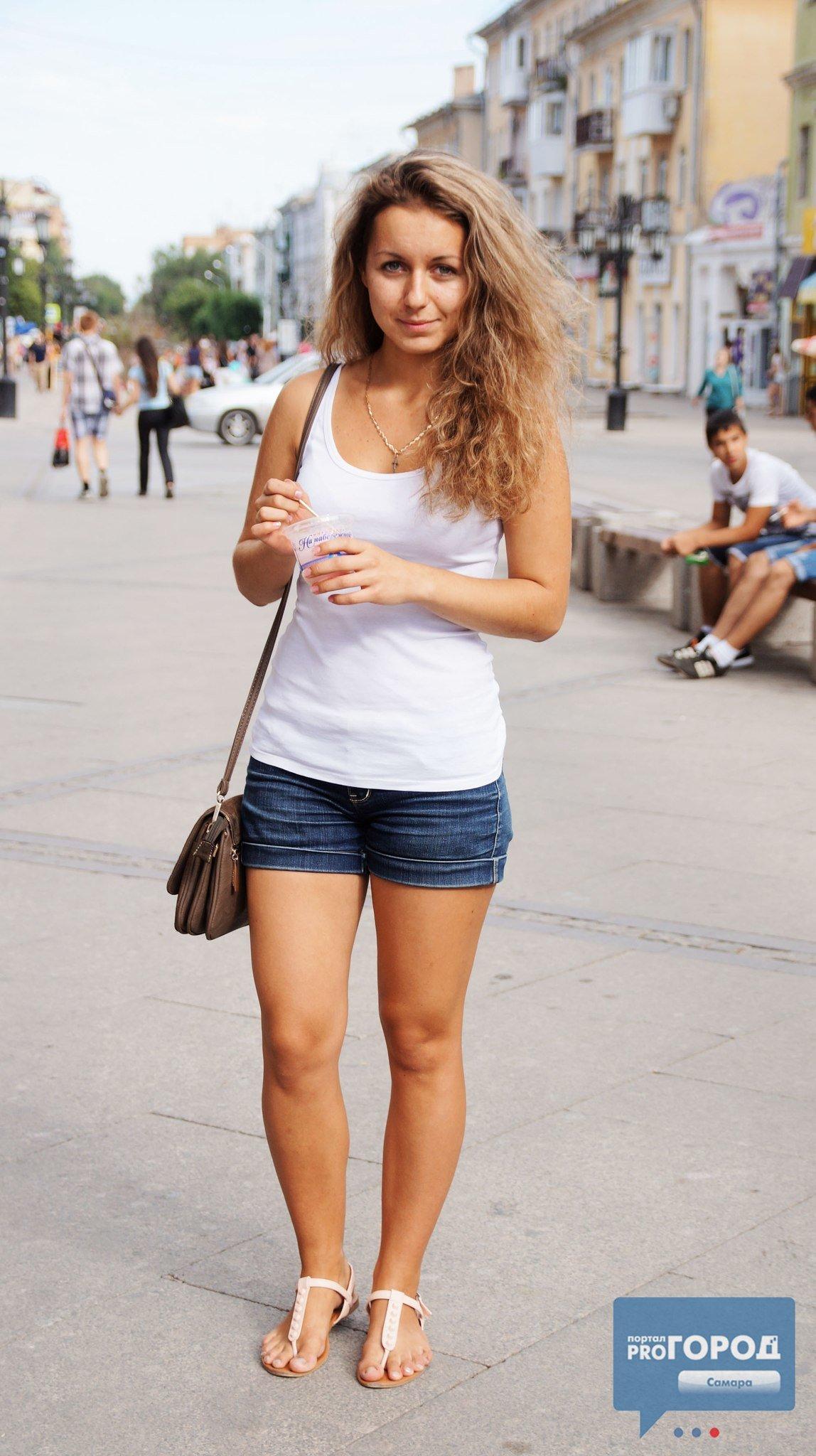 Порно фотография женщины в шортах на улице похотливая платье фото