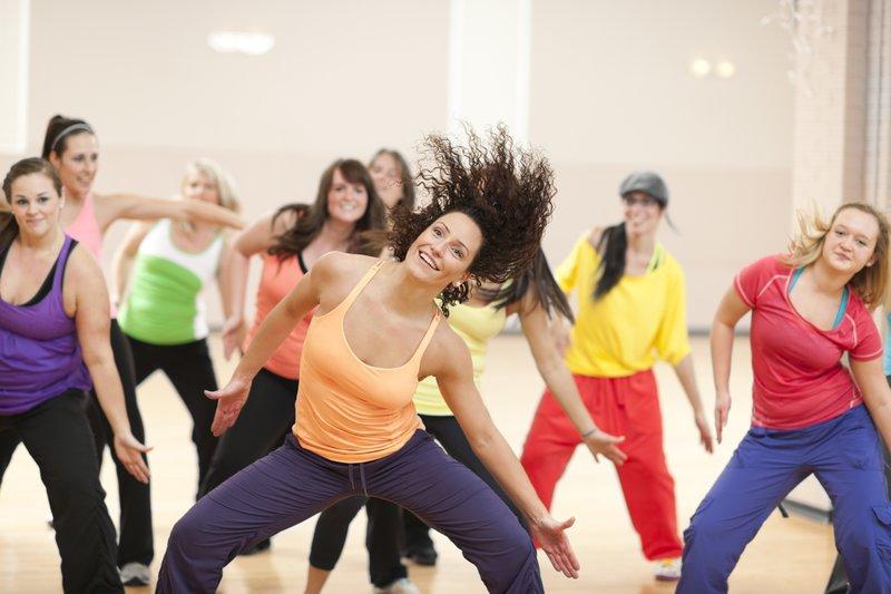 Зумба – стиль фитнеса, в котором традиционные физические упражнения заменяют зажигательные ритмичные движения с элементами латиноамериканских танцев под динамичные ритмы соответствующего музыкального сопровождения.